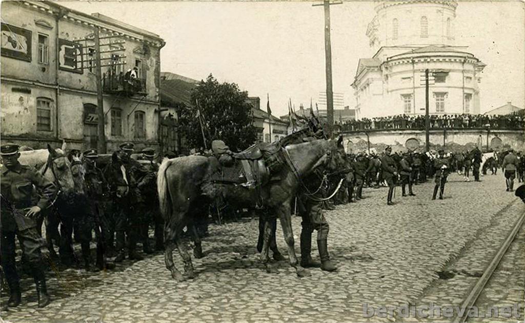 19.30. Польские военные на Соборной площади.